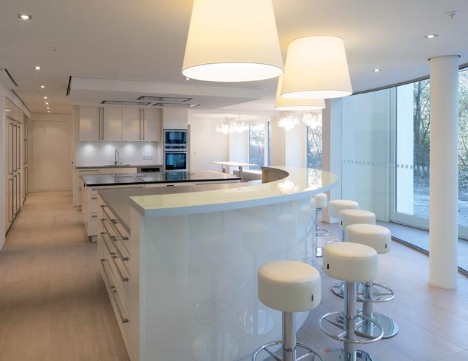 der gemeinschaftsbereich verfügt über eine moderne küche mit einem, Hause ideen