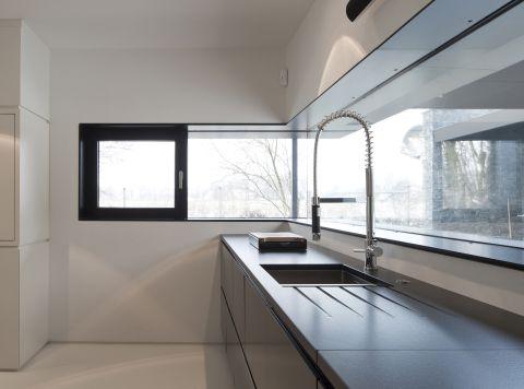 k chenzeile mit sp le unter den eichen. Black Bedroom Furniture Sets. Home Design Ideas