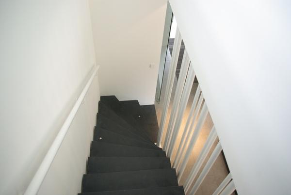 eingef rbte sichtbetontreppe innen wohnhaus in. Black Bedroom Furniture Sets. Home Design Ideas