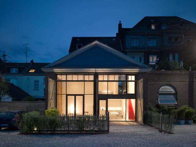 die fassade zum stadtplatz kleines denkmal d sseldorf. Black Bedroom Furniture Sets. Home Design Ideas