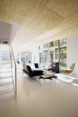 die m glichst zur ckhaltende gestaltung im u eren setzt sich auch in inneren fort die. Black Bedroom Furniture Sets. Home Design Ideas