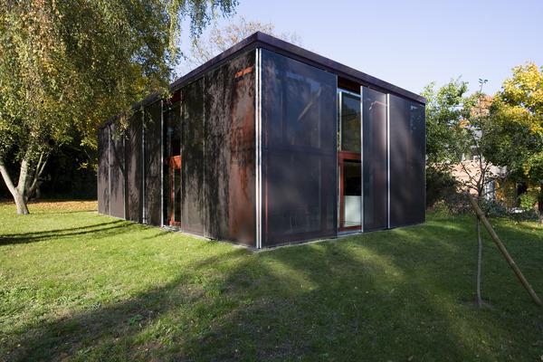 das wohnhaus mit flachdach stellt sich als. Black Bedroom Furniture Sets. Home Design Ideas