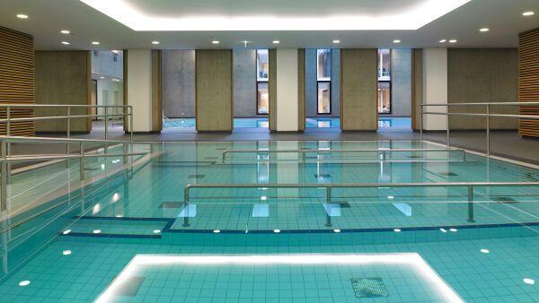 schwimmbad fliesen verlegen schwimmbad und saunen. Black Bedroom Furniture Sets. Home Design Ideas