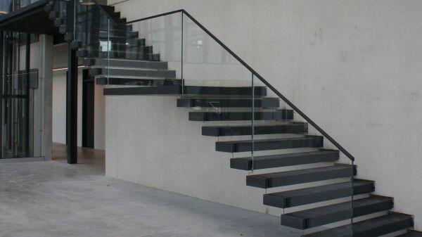 Treppenstufen Holz Aus Polen ~ Treppenkonstruktionen aus Naturstein und Stahl, Holz und Stahl oder